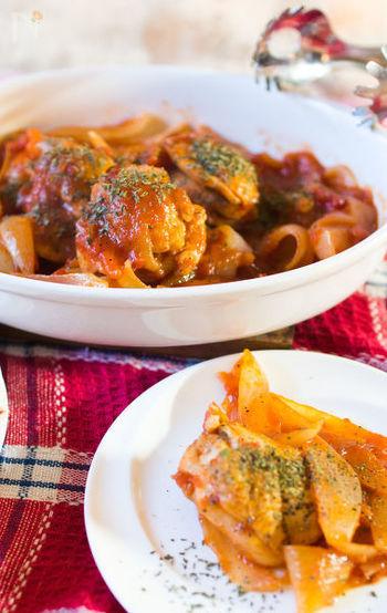 イタリアの代表的なマンマの煮込み、チキンカチャトーラ。このレシピは難しいこと抜き!簡単に手に入る食材で、これまた簡単に作れます!汁気を飛ばしてしっかりと煮込むことがポイントです。冷蔵庫で保存もできるので、たくさん作ってパスタと和えたり、チーズを乗せてグラタン風にアレンジも可。ワインが進む、魅惑のイタリア煮込み料理です。