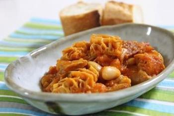 トリッパとは、牛の胃袋のこと。モツ系好きな方は是非TRYして頂きたいイタリアの煮込み系レシピの1つ。日が経つほどに、トリッパにトマトソースが染み込んで、ワインが止まらない!!!流石美味しいもの大好きなイタリア人の編み出したレシピです。