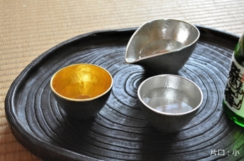 本錫製のぐい呑みのお猪口は、日本酒好きな人なら、色々な種類をコレクションして、お酒に合わせて選ぶのも楽しみの一つだったりします。日本酒好きのお友達や先輩にオススメの品です。