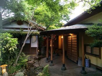 木立の中の静かな宿「かんな和 別邸」では、日帰り入浴プランで各部屋に備えられた露天風呂や内湯を楽しむこともできます。