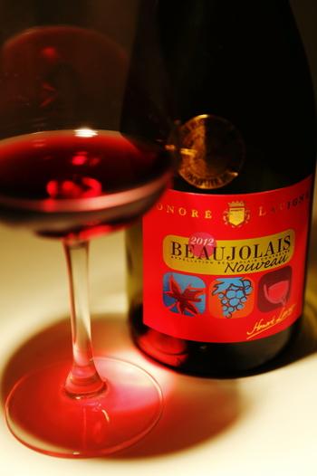 毎年11月になると、話題になるボジョレヌ―ボー(以下ボジョレーヌーボー)。ワインなのはわかるけど「他と何が違うのか」あまり知らないという人も多いのではないでしょうか。解禁前にボジョレーヌーボーについて知っておきましょう♪
