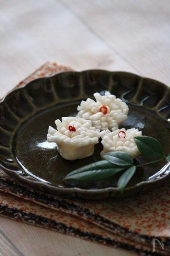 """旬のかぶをおめでたい菊の花を模して飾り切りした酢の物「菊花かぶ」は、長寿を願うおせち料理。また、かぶが武家社会では""""あたま(かしら)""""を意味することから縁起物とされます。"""