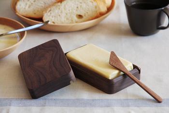 デザイナーの大治将典さんと高橋工芸のコラボレーションによって生まれたバターケース。無垢材を丁寧にくりぬき、使うほどに色艶を増すオイル仕上げを施されたこちらは、使ってみると使い勝手の良さに感動するはず。