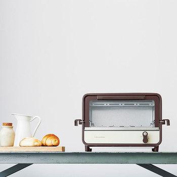 レコルトのオーブンルンドは高さがあって、スライドラック(網の部分)は外に取っ手がついているので手軽に引き出すことができます。上下を焼いたり、転がす必要があるレシピにぴったりのおしゃれなオーブントースターです。