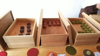 木箱に入ったおはぎをとりわけてくれます。どのおはぎも、とても上品なお味で、甘さは抑えられていています。上生菓子サイズのおはぎは、小ぶりで可愛いらしい❤