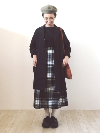 ロンドンガールっぽいといえば、やはりチェックのスカート。丸メガネに長め丈ジャケットを合わせれば、ロンドンの図書館にいる真面目な学生さん風に。