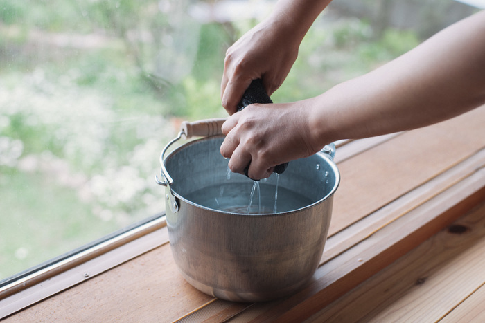フローリングを水拭きする際に最も重要なのは、床に「水分」を残さないことです。そのため水拭きに使用する雑巾は、絞りやすい薄めのタオルなどを選び、水で濡らしたら固く絞ることがポイントです。雑巾は縦に持って絞ると、余分な水分をしっかり落とすことができます。