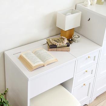 メイクをする時以外は、ふたを閉めてデスクとして活用。読書やパソコン、ちょっとした書き物など、いろいろな用途に使えます。こちらのドレッサーは3段の引き出し付きなので、収納性も抜群♪メイク道具も文房具もしまっておけるのが嬉しいですね。