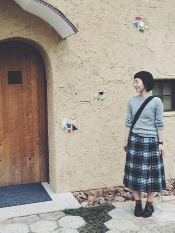 セーターにチェックのスカート、ローファーの定番の学生さん風コーデですが、トップスのシルエットがコンパクトなので、お洒落感も忘れません。秋のお散歩にぴったりですね。