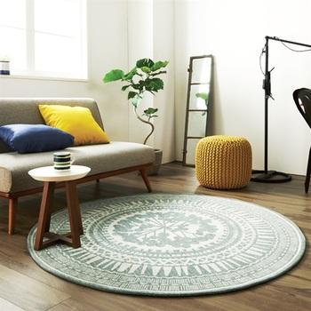ソファでも床でもどちらでもくつろぐことが出来るラフなお部屋は開放感があります。