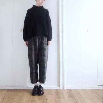 実際にイギリス人のおじさんが履いていることが多い、かっちりとした印象のパンツ。短め丈のセーターを合わせて、足首も見せれば、野暮ったい印象になりません。