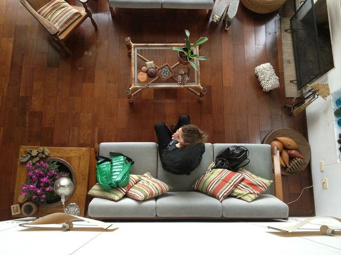 フローリングのお掃除は基本的には乾拭きで十分ですが、床を綺麗に保つためには定期的に「水拭き」することも大切です。 とくにラグを敷いたりこたつを置いている場合には、床にカビが発生しやすくなります。 これからの季節はぜひ「水拭き」を取り入れて、快適なお部屋で過ごしましょう♪