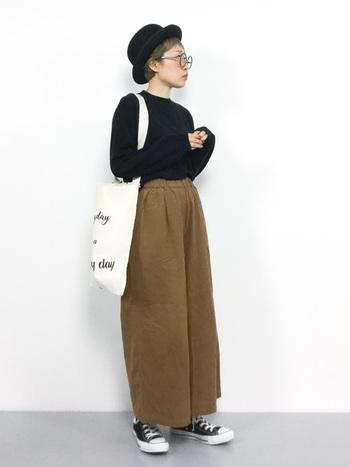 黒のトップスにベージュのパンツのシンプルスタイルも、ボーラーハットと丸メガネで、ちょっぴりクセのある印象に。ゆるめなバッグも、ロンドンガールの「ちょっとそこまでお買いもの」のような雰囲気。