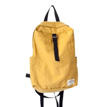 優しい色味とフォルムが素敵なバッグには、外側に大きなオープンポケットとサイドにポケットがついています。仕切りとして上手く使いたいですね。