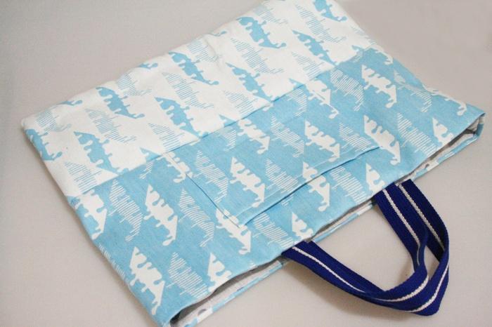 通園や通学、習い事で毎日のように使うのが、レッスンバッグ。 仕上がりサイズは大きめですが、真っ直ぐ縫うだけで意外と簡単に作れますよ。 平テープを使えば持ち手を生地から作らなくていいので更に簡単です。