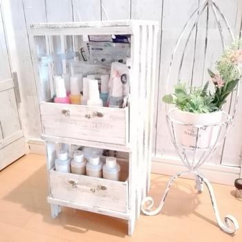 こちらも、すのこを使った棚ですが、ボックスもあわせて使って深さのある収納となっているので、化粧品のボトルなど高さがあるものもしまいやすそうですね。