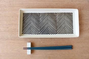 ヘリンボーンのようなデザインのこちらの器は、布の編み目をイメージして製作されています。線の太さやかすれ具合などで、布の素材感を表現しています。