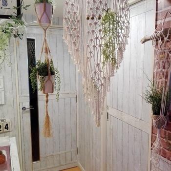 壁や扉の塗り直しが難しい場合、リメイクシートを使うお手軽な方法もあります。
