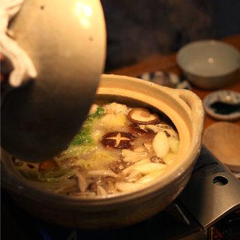ずっしりと重そうに見えますが、意外と軽いのでテーブルへ運ぶときも楽チン!使っていくうちにどんどんと味わい深い、自分だけの土鍋になっていきますよ。