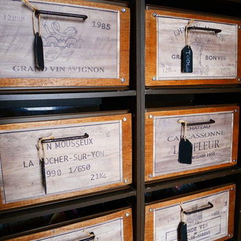 市販のカラーボックス用のインボックスも、リメイクすれば物語のあるアンティーク風に。 木の部分の色をお部屋に合わせて塗ってみてくださいね。