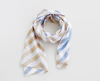 「hirari」のスカーフは薄く、軽やかなガーゼ生地。両面の色合いとモチーフが柔らかに重なります。