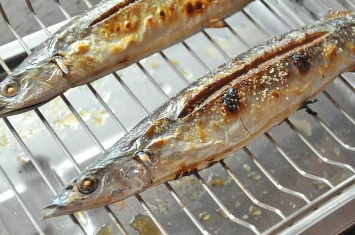 せっかく秋刀魚を焼くなら、まるまる「魚焼きグリル」で焼きたいところ。あらかじめ、網に油を塗ってあたためてから焼くと、焦げつきにくくなりますよ♪