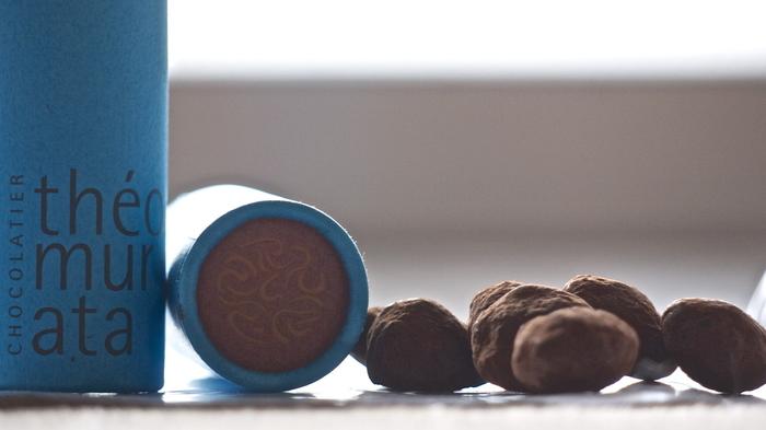 上品な筒状の入れ物に入った、珈琲ビーンズの形をした小粒のチョコ。上質なチョコレートを使用した大人のおやつにぴったりの逸品です。
