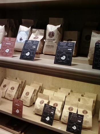 店内にずらりと並んだコーヒー豆。もちろん、これらも購入できます。一番人気の深煎り「猿田彦フレンチ」や、酸味と苦味のバランスが良い「恵比寿ブレンド」など、お好みの味を探してみてはいかがでしょうか?