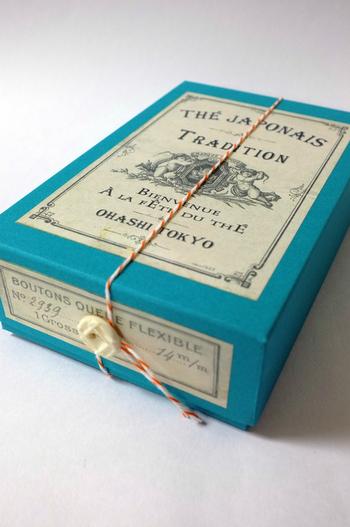 ちょっぴり大人っぽいデザインのボックスは、カラフルなボックスにビンテージ&アンティークボタンがアクセントになったデザイン。パッケージで選んでみるのも楽しいですね。