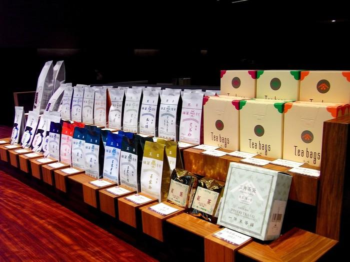 享保2年、1717年に京都に創業した「一保堂茶舗」。現在は国内13店舗を構える老舗日本茶専門店です。東京・丸の内店は、和モダンな雰囲気がステキな京都本店以外初の路面店。ゆったりとした店内には様々な種類のお茶が並んでいます。