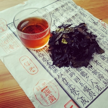 特に人気が高いのが「いり番茶」。京都では古くから親しまれているお茶で、カフェインやタンニンの量が少ないことから、幅広い世代の方に愛されています。  独特のスモーキーな香ばしさとさっぱりした後味。温かくしても冷たくしてもおいしいので、ぜひ試してみては?