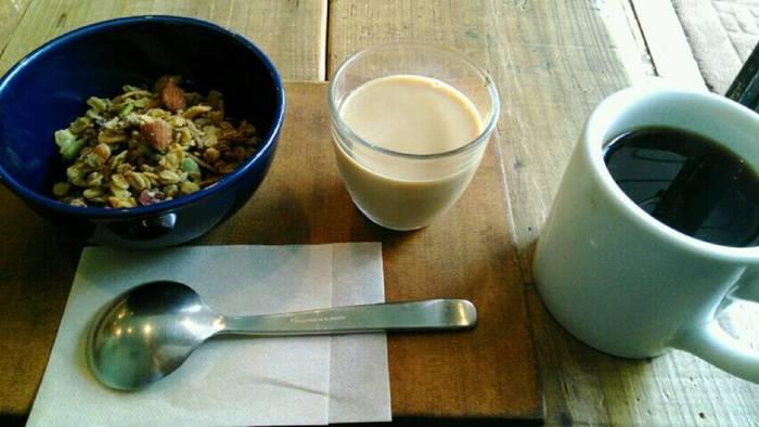 そのまま飲んでもおいしいカフェオレですが、猿田彦珈琲のお店風にいただくならグラノーラにかけるのがおすすめ。グラノーラには牛乳…と思っている方は、ぜひ一度試してみては?コーヒーの豊かな香りとミルクのコクがグラノーラーと良く合うんですよ。