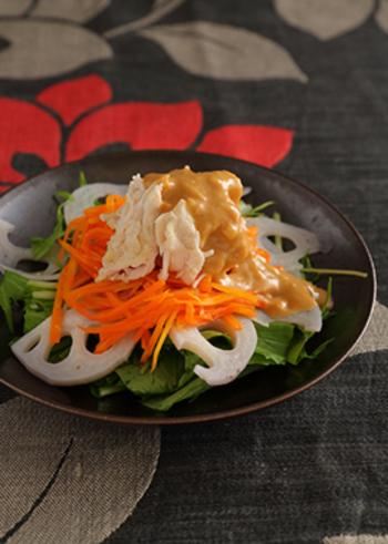 しっとりと柔らかな蒸し鶏やゆで鶏に、コクのある芝麻醤のタレをかけて。中国では具は肉のみだそうですが、野菜のシャキシャキ感とともにごまの風味豊かな鶏肉を堪能する日本スタイルも絶品ですね。こちらは、根菜とともに。定番にしたい中華の代表料理のひとつです。