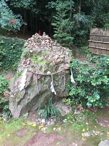 境内には「岩神さん」と呼ばれる岩があります。願いを込めながら、岩神さんの上に、小石を乗せ、その石が落ちなければ、その願いは叶えてもらえるそうです。