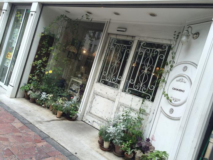 中野駅から歩いて2分ほどのところにある日本茶専門店「OHASHI」。可愛らしい外観は最近できたお店かと思いきや、創業は1653年と360年以上もの歴史あるお店。中野に出店したのは70年ほど前だとか。まるで雑貨屋さんや洋風のカフェのようで、日本茶専門店だとは気づかない方もいるかも知れませんね。