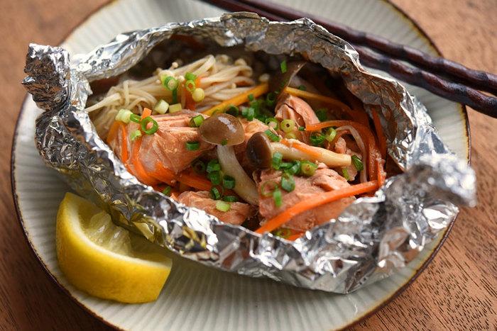 ■ 鮭のホイル焼き 鮭と野菜をホイルに包んで焼くだけの手軽さです。焼く時間が12分ほどで、焼いている間に他の物を作れちゃいます。 チーズを加えると、男性やお子さんも喜ぶボリュームメニューに♪