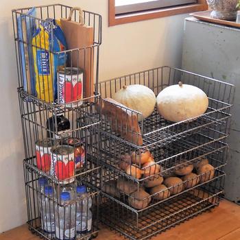 残り数を把握しておきたいストックや、空気を通してあげたい根菜などは、メタルバスケットに無造作に入れるだけで、ちょっぴりハード感のあるストレージに。スタッキングできるので、買い置きしても大丈夫。
