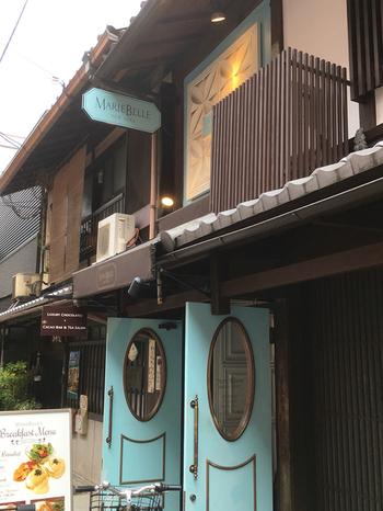 ニューヨークで生まれた「マリベル」は、セレブ御用達の高級ショコラティエ。京都店は町家造りの外観に、水色のドアが目印。アンティークと新しさが融合した佇まいは、観光客をはじめ多くの方の目を惹きます。