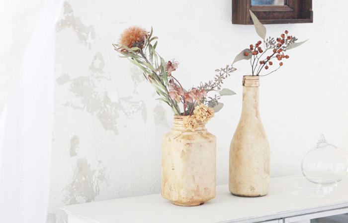 普段はゴミになってしまう普通の瓶も、DIYで陶器風のアンティークボトルに大変身。 味がある小物は、無造作に置いてあるだけでも雰囲気作りに役立ちます。