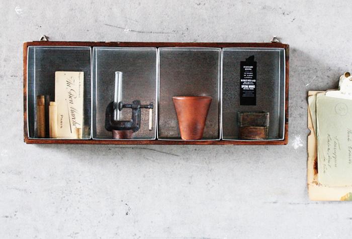 こちらはブリキ缶をうまく組み合わせて仕切りにした見せる収納。 壁掛け式の棚にしても、卓上に置いて小物入れにしてもいいですね。 外枠を作ってブリキ缶をはめるだけなので、意外に簡単に作れます。