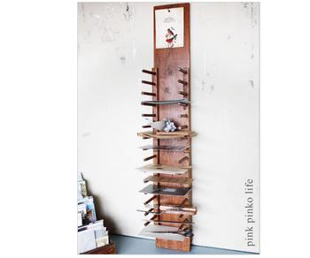 壁掛けでカードホルダーになります。 L字フックの部分には、お気に入りのポストカードなどを置いたり… アトリエなどで描きかけの絵を乾かしたり、いろいろな用途で使えそう!