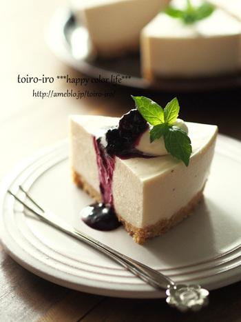 こちらは市販のアサイースムージーの粉末を生地に混ぜたレアチーズケーキ!上にかかっているのはブルーベリーのソースです。ブルーベリーとアサイーは見た目が似ているだけでなく、相性も良さそう♪