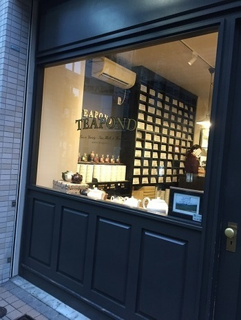 """「TEAPOND」は、小さな紅茶の専門店。清澄白河といえば、コーヒー専門店が多い街として知られていますが、そんな中で""""おしゃれでおいしい紅茶が買えるお店""""として注目されているんですよ。"""