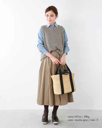 ウールのあたたかい風合のあるニットベストは、秋冬のナチュラルコーディネートのマストアイテムです。 シャツやブラウスを合わせると、清潔感のあるスタイルに仕上がりますよ。
