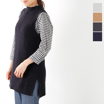 ロング丈のニットベストとギンガムチェックシャツのレイヤードスタイルは、サイドスリット入りだからすっきりと見えますね。