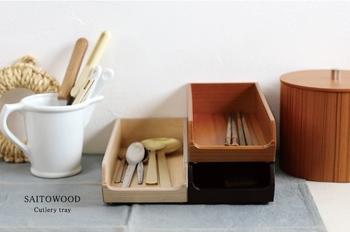 木製のカトラリートレイ。カジュアルなホームパーティの時などは、このまま食卓に出して自由に取ってもらうスタイルはいかが?