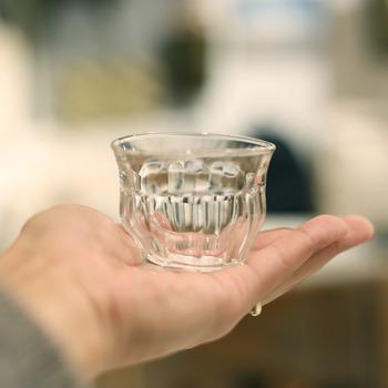 Duralexのミニグラスを変形させて作った、とっても個性のある小さなグラスは、「TIPSY GLASS MINI」という「酔っぱらいの小さいグラス」というユニークなネーミング。これは制作したスイス人デザイナーが、酔っぱらった時に見える屈折を表現したものです。お酒に酔った時のあの感覚。わかる気がしますね。