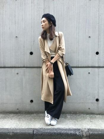 定番のトレンチコートスタイルも、ベレー帽を合わせてクラシカルな雰囲気をプラス。その他のファッション小物もモノトーンで統一すれば大人っぽい印象に仕上がります。