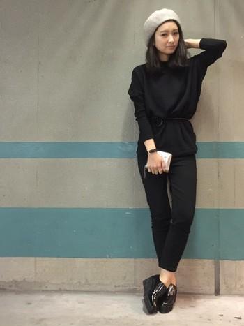 オールブラックのクールなモノトーンスタイルは、ウール素材のグレーのベレー帽、異素材&ウエストマークなど、さり気なくメリハリをきかせて着こなしましょう。