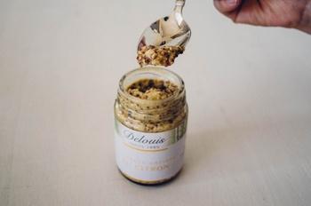 石垣島生まれのシークヮーサー胡椒は、シークヮーサーと泡盛、そして唐辛子で作られた胡椒なんです。さわやかな香りの後にくる辛さが病み付きになる一品。お鍋のお供や、鶏肉や豚肉のグリルに添えたり、お刺身なんかにもぴったりなシークヮーサー胡椒は、美味しいものが大好きで、こだわり派のあの人に贈りたいですね。